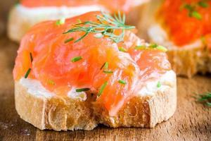 canapé de aperitivo de baguette con salmón ahumado closeup foto
