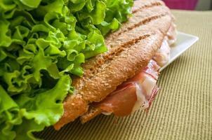 sanduíche com bocadillo de presunto