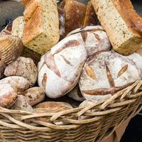 hogazas de pan fresco en el mercado foto