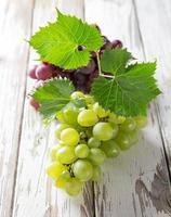 uvas en mesa de madera foto