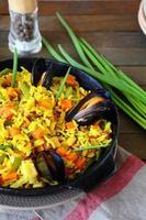 traditionelle Paella mit Muscheln