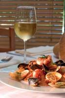 plato de camarones con una copa de vino blanco - trazado de recorte foto