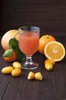 zumos de fruta fresca en la mesa de madera
