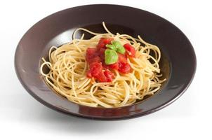 espaguete com tomate fresco e manjericão