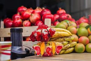 frutas y exprimidor en el mercado árabe