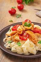 tagliatelle pasta con tomate y pollo foto