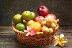 Bodegón, fruta en cesta de bambú.