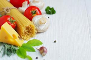 comida mediterránea. comida fresca en la mesa de madera blanca foto