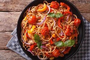 pasta met gehakt en groenten close-up. horizontaal bovenaanzicht