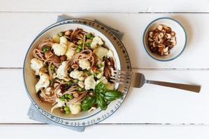 Whole-grain-spaghetti with roasted cauliflower, hazelnuts and ba