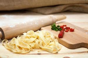 pasta italiana fettuccini con perejil y pimientos picantes foto