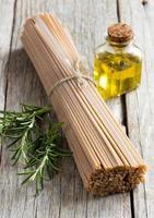 espagueti integral, aceite de oliva y romero foto