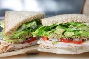 Sándwich de aguacate y brotes de pavo saludable en el almuerzo de trigo integral
