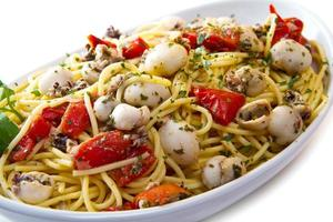 espagueti con sepia y tomates foto