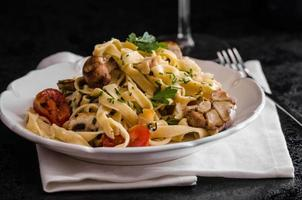 Pasta with roasted garlic and mushrooms