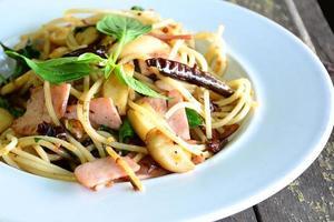 espaguete com bacon pimenta alho e manjericão.