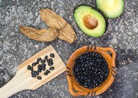 avocado, peperoncino e fagioli neri su smerigliatrice di pietra