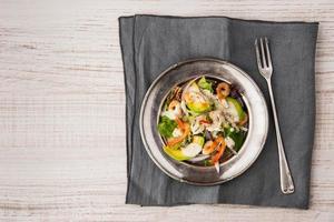 salada de fvocado e camarão no prato velho com garfo vintage