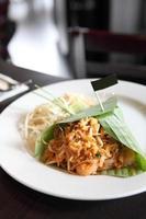 comida tailandesa padthai fideos fritos con camarones foto