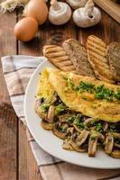 rustikales Omelett mit Pilzen auf Schnittlauch