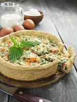 tarta de quiche con pescado y ortigas
