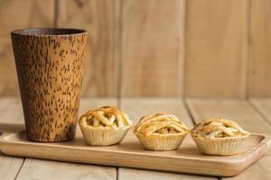 kippentaart op houten schotel