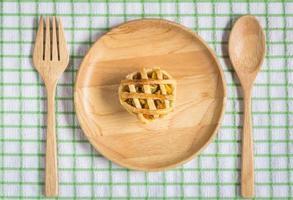 pastel de pollo en plato de madera