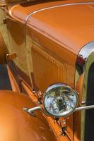 trabajo de pintura personalizado en coche clásico hot rod