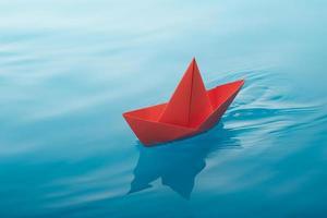 barco de papel de vela