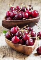 cerejas frescas em uma tigela de madeira
