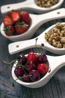 delicioso postre de fresas y cerezas