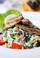 filete de pescado con ensalada foto