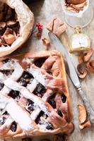 tarta de cerezas con tapa de celosía foto