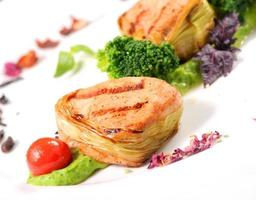 medallones de cerdo en cojín vegetal foto