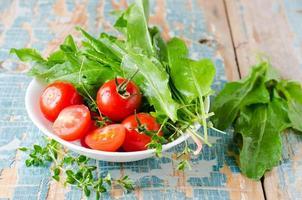 tomates cherry frescos y espinacas foto