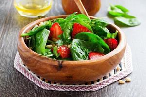 Ensalada ligera con espinacas y fresas.