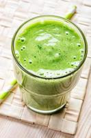 vaso de batido verde, vista superior foto