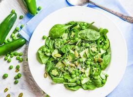 groene salade met spinazie, peper, zoete erwten en parmezaan