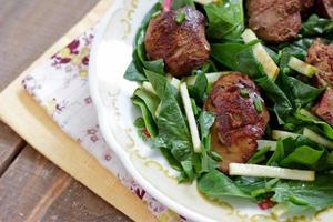 Chicken liver and spinach salad with green apple photo
