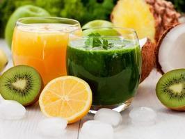 saludable batido verde y de piña foto