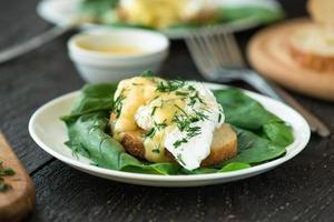 ovo escalfado em um pedaço de pão com espinafre