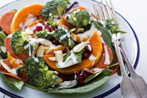 ensalada con verduras, pepperoni y granada