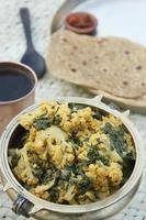 een indisch gerecht bestaande uit bloemkool en spinazie
