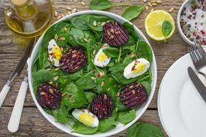 Ensalada de espinacas frescas, huevos y remolacha asada foto