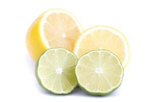 Dos medio limón y dos medio limón sobre fondo blanco. foto