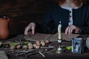 bruja preparando pociones foto