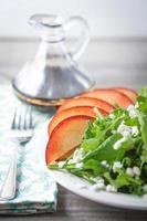 verse rucola en spinaziesalade met chevre en nectarine