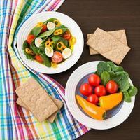 frisse salade van spinazie, kerstomaatjes, paprika, kwarteleitjes