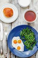 desayuno fresco con huevos revueltos y rúcula