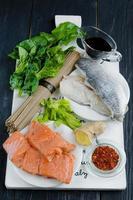 ingredientes crudos para hacer fideos chinos de soba foto
